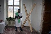 ONDŘEJ se pozná podle svatoondřejského kříže ve tvaru X.