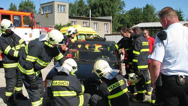 Hasiči musí často používat při vyprošťování zraněných osob z havarovaného vozu speciální techniku.