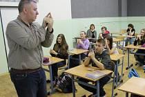 Iain Paul Hagan ze Skotska umí žáky pro výuku nadchnout a zapojit do konverzace. I díky němu děti výrazně vylepšily svou angličtinu.