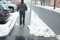 Kandelábr, který už dva měsíce osvětluje přechod na Dvořákově okruhu, se stal předmětem kritiky, protože stojí uprostřed chodníku.