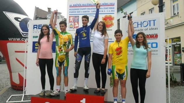 Vojtěch Kmínek (uprostřed), mladý nadějný vrbenský cyklista vyhrál třetí etapu Malého Závodu míru a zařadil se tak mezi českou žákovskou elitu. Celkově skončil dvanáctý, když o lepší umístění ho připravil defekt hned v první etapě.