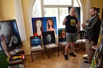 LÉKAŘ INTERNISTA Marek Šťastný se věnoval hostům, kteří přišli na jeho narozeninovou oslavu spojenou s výstavou jeho obrazů.