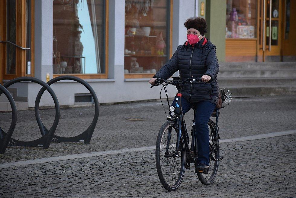 Uvnitř veřejných budou už jsou respirátory samozřejmostí. V centru Krnova se s nimi stále častěji můžeme setkat také venku. 25. února 2021.