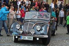 O víkendu padesátka historických vozů v rámci mezinárodní akce Trofeo Niké vyrazila z Krnova do Jeseníků. Posádky si daly záležet, aby se také svými kostýmy vrátily do dávných časů.