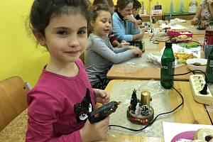 V krnovské školní družině na Žižkově ulici se sešli rodiče se svými dětmi na vánočním tvoření.