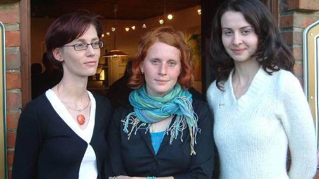 Tři absolventky vystavují v Karlovicích.