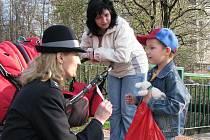 Policisté kontrolovali, zdali děti vědí, jak správně a bezpečně přejít cestu. Za snahu děti odměňovali drobnými dárky.