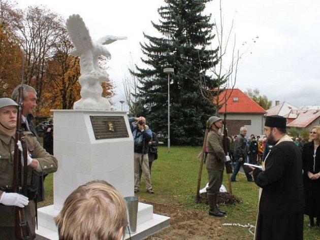 Rumun Gheorghe Bănciulescu byl prvním pilotem na světě, který vzlétl s protézami místo nohou. Ve středu mu v Rýmařově v Podhorské nemocnici odhalili pomník.