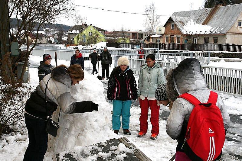 Aby návštěvníci Lichnovem dlouho nebloudili, rozhodli se provozovatelé muzea vidlí postavit originální poutač v podobě sněhuláka s vidlemi místo rukou. Aby na to stavění nebyli sami, požádali o spolupráci obyvatele Dětského domova v Lichnově.
