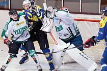 Okresní derby předvedlo divákům hokej velice dobré úrovně. O dramatické momenty nebyla nouze, jako na snímku, kde krnovský Weiss (druhý zleva) znepříjemňuje chytání gólmanovi Tenglerovi.