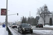 Bruntálské ulice byly v pondělí zasypané sněhem. Místní lidé jsou na něj zvyklí už jen proto, že je únor, a že žijí v podhůří Jeseníků. S potřebnou dávkou obezřetnosti byly silnice sjízdné.