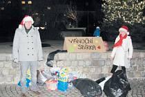 Ludvík Gregárek ze Světlé Hory pořádá v Krnově na náměstí už čtvrtým rokem sbírku hraček pro děti v krnovské nemocnici. Letos jich štědří Krnované přinesli tolik, že je musela odvážet dvě auta.