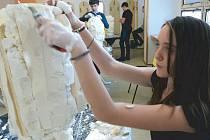 Na Základní škole Okružní v Bruntále proběhlo výtvarné setkání, při němž měli mladí výtvarníci vyrobit podle své fantazie sochy hrdinů a padouchů.