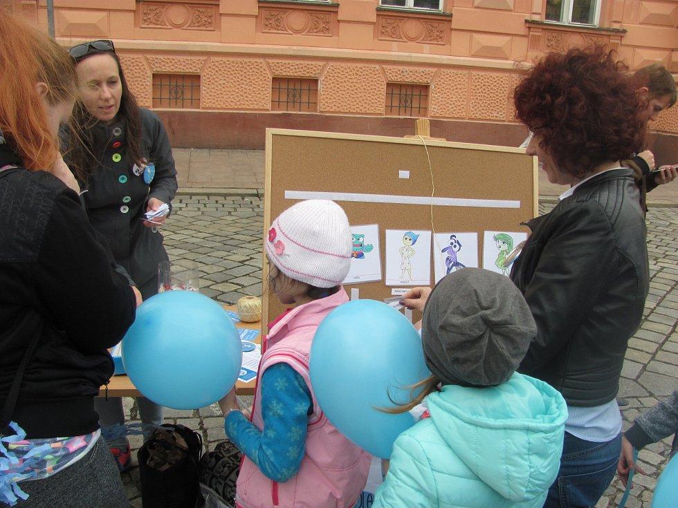 Krnov se přidal ke kampani na podporu rodinám pečujícím o své blízké s autismem.