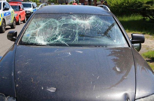 VLeskovci nad Moravicí prozatím neznámý pachatel poškodil popelnicí zaparkované Audi A6.