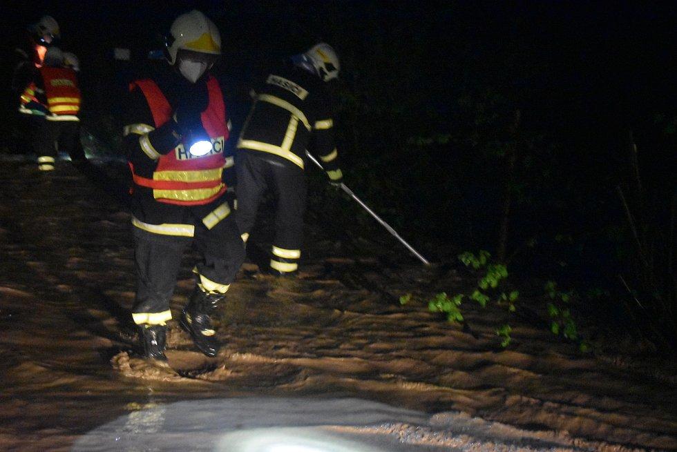 Přívalové lijáky způsobily na Opavsku v okolí Jakartovic povodeň a obrovskou erozi ornice.  Večer 13. května 2021.