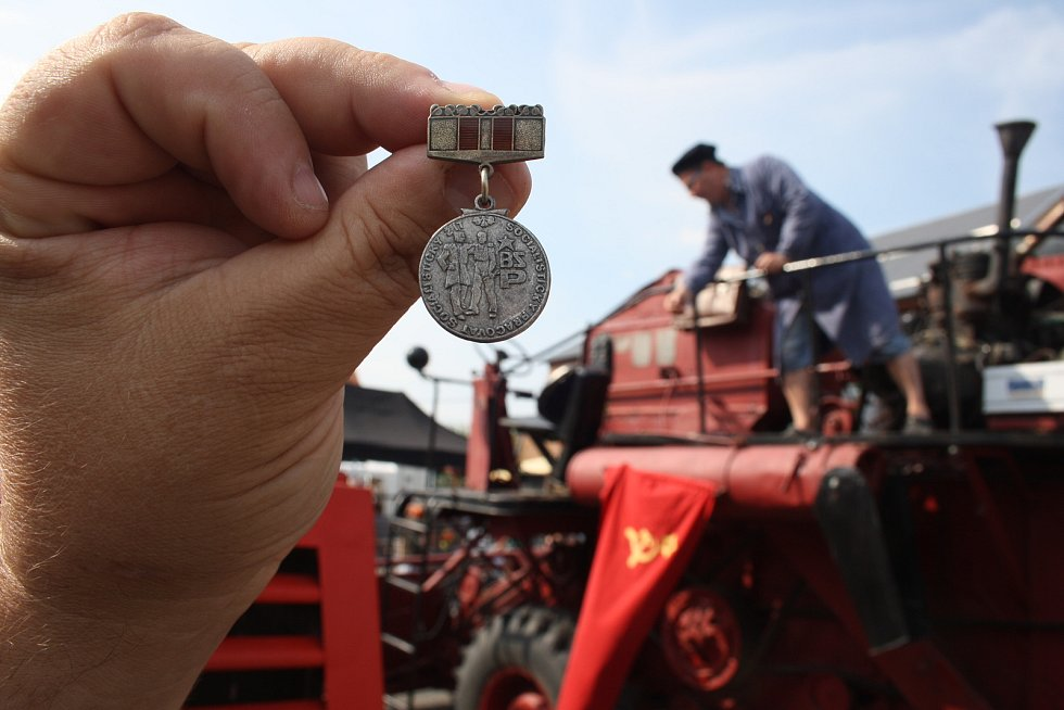 Medaile BSP neboli Brigády socialistické práce se udělovala kolektivům, které soutěžily v budovatelském úsilí. Díky soudruhu kombajnérovi dostali účastníci rudoltických dožínek toto vyznamenání bez práce.