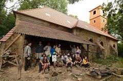 Blažené Osoblažsko je lehce pracovní tábor, na kterém dobrovolníci opravují kostel v Pelhřimovech u Slezských Rudoltic.