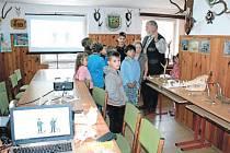 Děti z bruntálského letního příměstského tábora a přírodovědeckého kroužku si za doprovodu předsedy Okresního mysliveckého spolku Bruntál Jaroslava Madera prohlédli přednáškovou místnost. Zde myslivci nabízí školám přednášky o přírodě a myslivosti.