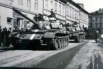 Kolona tanků na ulici E. Beneše v Bruntále. Tehdejší budovy vlevo již dnes nestojí, místo nich je naproti pošty parkoviště.