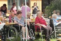 Krnovský Domov pro seniory v Rooseveltově ulici uspořádal zahradní slavnost. Připomněla, že slouží již čtvrtstoletí.