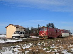 Horní Povelice přišly o zděnou nádražní budovu loni před Vánoci, když ji Správa železniční dopravní cesty nechala odstranit kvůli havarijnímu stavu. Po demolici sousední dřevěná čekárna ztratila oporu a 9.ledna se samovolně ve větru zřítila.