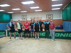 Společný snímek stolních tenistů Města Albrechtice a béčka Přerova. Druhý zleva je Martin Štěpánek, třetí zleva Štěpán Adamec, čtvrtý zleva Lukáš Sopčák a na kraji vpravo stojí Jaromír Vyvial.