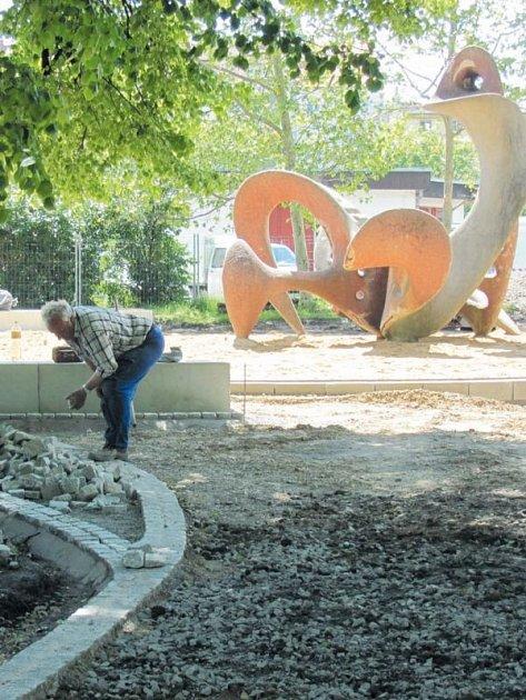 Původně projekt počítal s tím, že plastika a současně originální prolézačka Kohout akademického sochaře Miroslava Jiravy z roku 1960 dostane jen nový nátěr, ale ukázalo se, že na několika místech už z betonu trčí kovové výztuže.