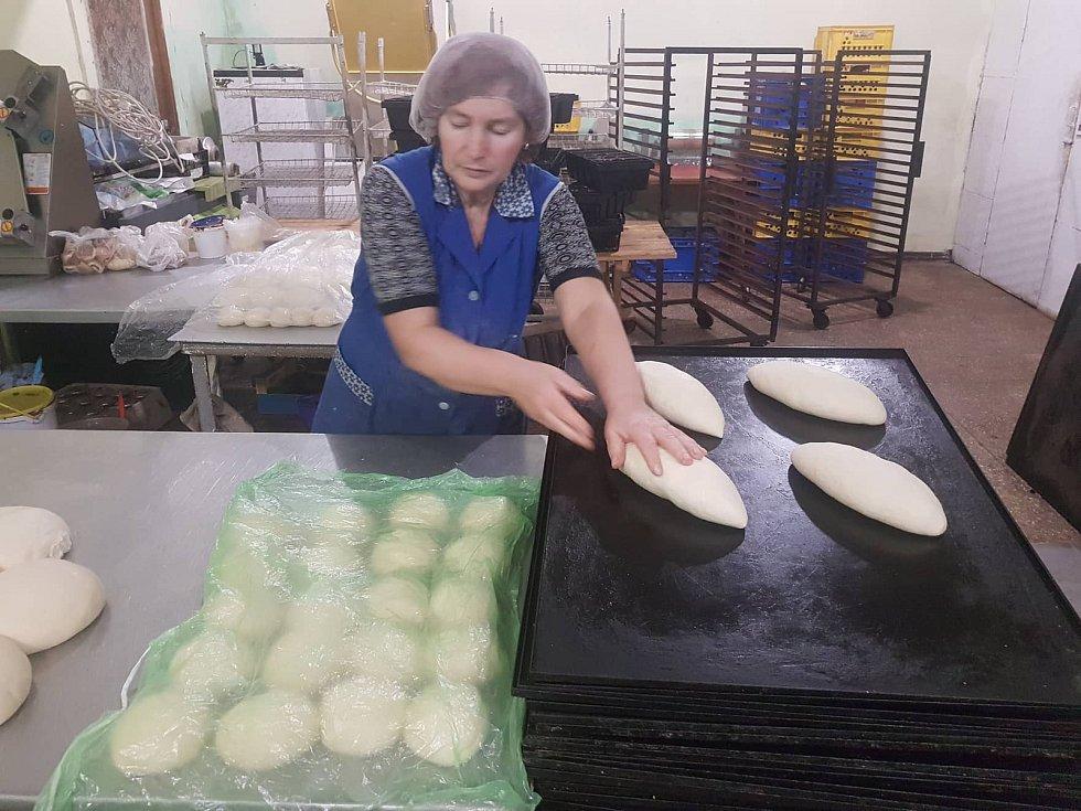 Frontová pekárna v Mariince je podporovaná českými konvoji s humanitární pomocí.