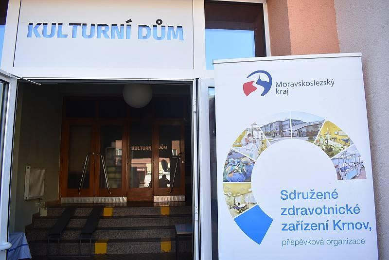 Osoblaha 3. srpna 2021. Občané čekali ve frontě na otevření mobilního očkovacího střediska na osoblažském náměstí. Kolem deváté hodiny už jich bylo naočkovaných přes 60. .