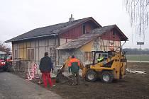 Lidé z pracovní skupiny Obecního úřadu Úvalno prováděli v průběhu prosince a ledna přípravné práce před vlastní generální opravou. Byly odstraněny podlahy, oklepány venkovní i vnitřní omítky. Vyklizeny byly i půdní prostory a budova byla napojena na kanal