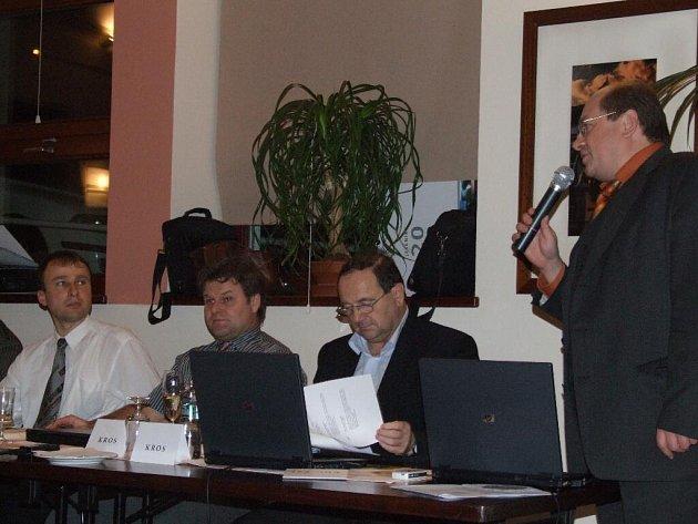 Ladislav Václavec (vpravo), když oznamoval svou rezignaci v zastupitelstvu.