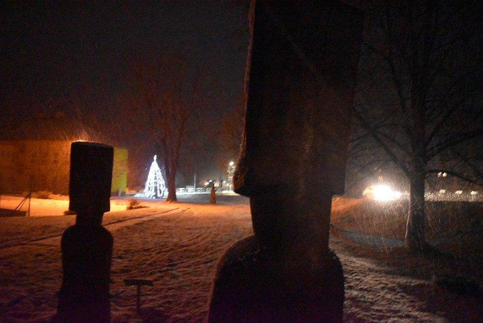 Vánoční strom v Třemešné se sice rozsvítil bez  občanů, ale zato ho střeží zasněžené sochy moai z Velikonočních ostrovů s za týden přijede Mikuláš na motorce. To jinde neuvidíte!