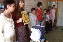 Děti dostaly knižní dary.