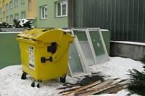 Popelnice obložili okny. Okenice vyměněné za nové odložili obyvatelé Družební ulice ke kontejnerům, i když v Bruntále funguje bezplatně recyklační dvůr.