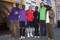Keňané se šéfem Olympie Janem Urbanem a polským manažerem (Ndiwa Allan Masai, Bowen Moses, Chemaimak Susy Chebet, Cheboi Gladys Jerotich).