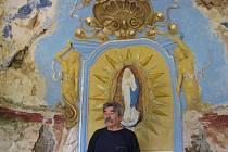 Polák Ryszard Brzezinski zaplatil střechu kapličky v Pelhřimovech, přestože leží na českém břehu. Madonu pro kapličku vytvořila krnovská výtvarnice Renata Charousková. Interiér na generální opravu sice ještě čeká, ale lidé se sem chodí modlit.