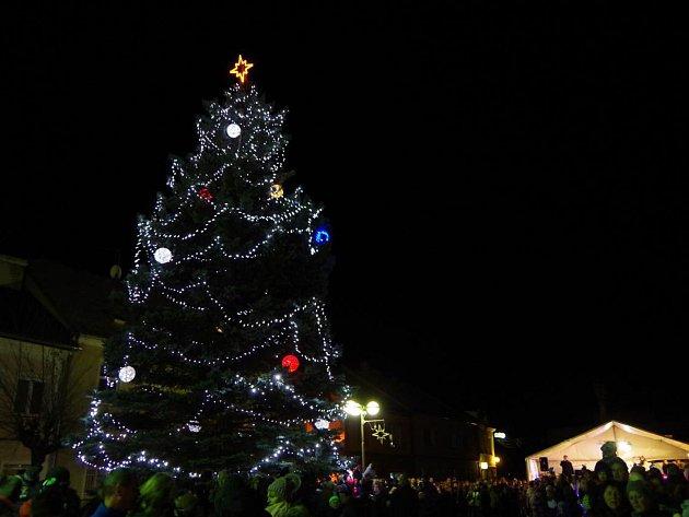 Adventní jarmark, setkávání se sousedy, vystoupení dětí, rozsvícení vánočního stromu. Takové bylo páteční adventní setkání ve Městě Albrechticích.