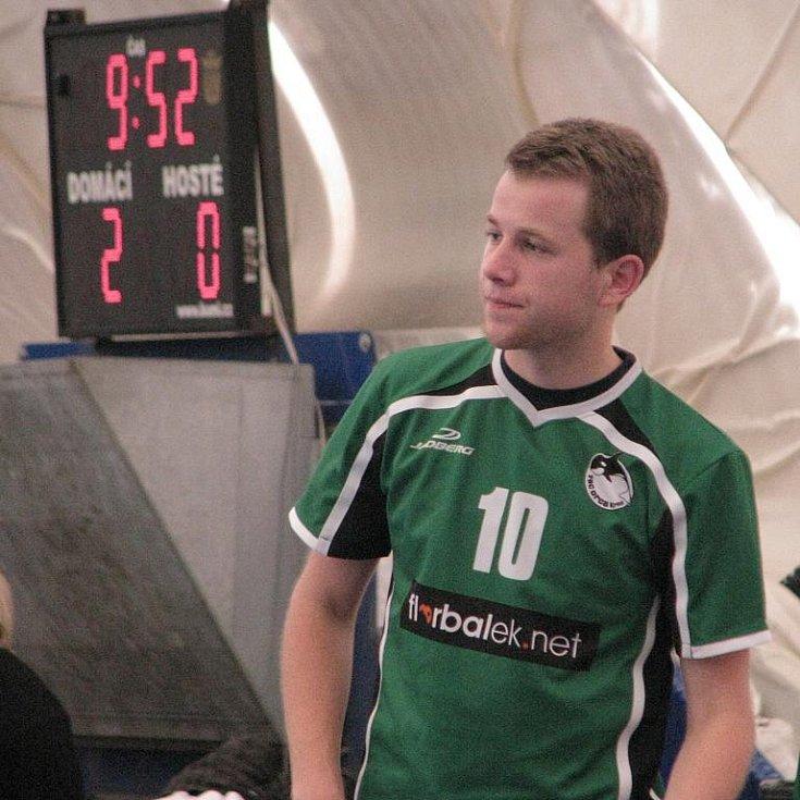 Jiří Planý smutně přihlíží tomu, jak jeho mužstvo prohrává s Pardubicemi. Sám sice přiživil gólem naděje Orky na obrat, jenže za stavu 2:3 z pohledu Krnova si favorit výhru pojistil.