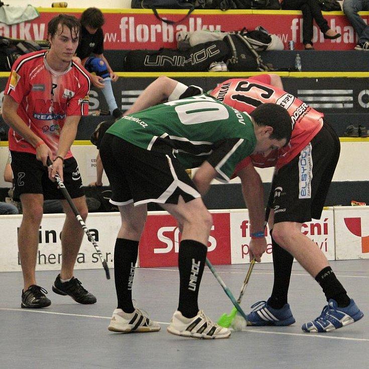 Kapitán a trenér krnovské Orky Štěpán Lhoťan na buly v utkání s favorizovanými Pardubicemi, gólu se však v posledním utkání na turnaji nedočkal.