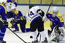 Špatné období momentálně prožívají hokejisté HK Krnov. Prolomit sérii proher se jim nepodařilo ani na ledě Studénky. Na snímku situace před brankou Antonína Mužíka.