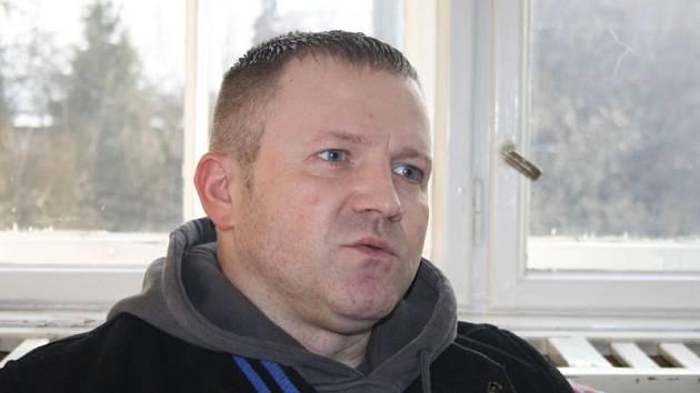 Petr Stachovec je od posledního návratu z vězení abstinující gambler. Až na prahu čtyřicítky si plně uvědomil, co všechno kvůli hazardu ztratil a kolika lidem ublížil. Rozhodl se svou zkušenost zveřejnit jako varovný, odstrašující příklad.