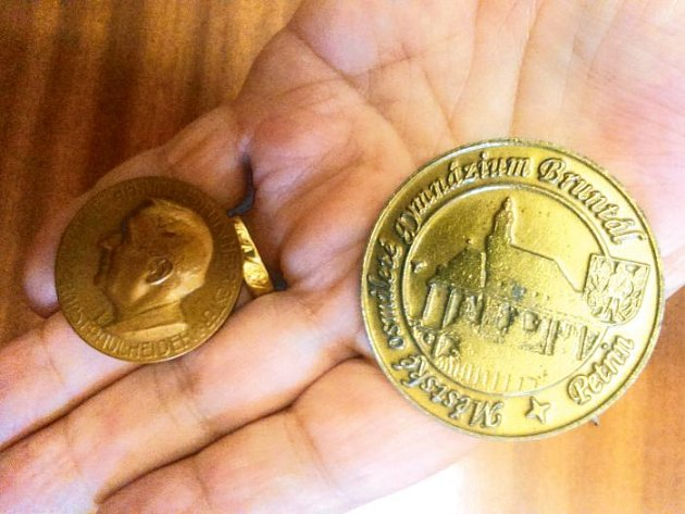 Pamětní mince na počest otevření a poté i ke znovuotevření budovy Petrinu.