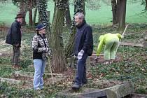 Spolek Omnium loni koupil od města Krnova zaniklý hřbitov v Krásných Loučkách. Letos zde uspořádal workcamp, do kterého se zapojili čeští i němečtí dobrovolníci.
