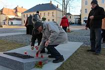 Loňský pietní akt u krnovského památníku obětem válek a násilí za oběti komunistické ideologie.