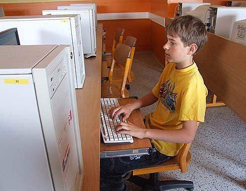 Milan Musil z Města Albrechtic zvládl běhen deseti minut při opisu textu z monitoru před 3300 úhozů.