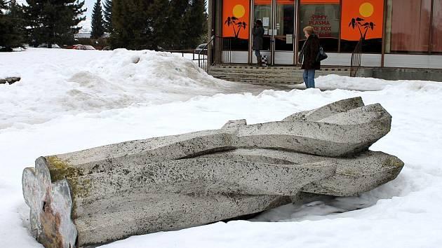 Sochu nazvanou Rákosí našli lidé v Bruntále ve čtvrtek 23. února vyvrácenou. Socha Rákosí z jemného bílého pískovce vysoká dva a půl metru stála před nákupním centrem Horal na Jesenické ulici od počátku sedmdesátých let.