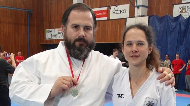 Pavel PolJanský se zlatou medailí z mezinárodních závodech v taekwondo v Praze a se svou oddílovou kolegyní Petrou Henychovou. Poljanský vítězství vybojoval v kimonu, které si pro štěstí přivezl na loňský Bruntálský krystalek.