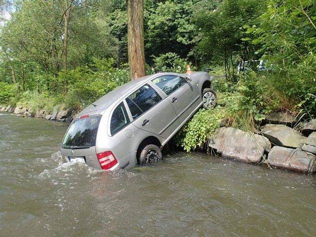 Dvě jednotky profesionálních hasičů vytahovaly ve čtvrtek dopoledne osobní automobil Škoda Fabia z řeky Opavy.
