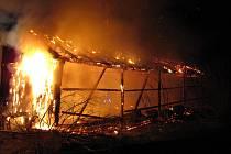 Stodola v Heřmanovicích lehla v noci na úterý 27. března popelem.Hrozilo, že se přenese požár z balíků slámy uskladněných ve stodole na sousední dřevěnku a elektrické napětí.